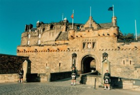 sentries_at_edinburgh_castle_gatehouse