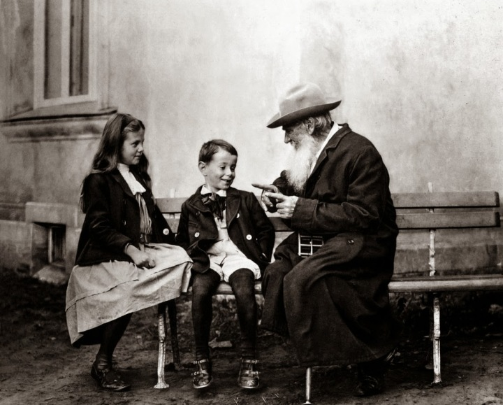 Tolstoi_avec_ses_petits-enfants
