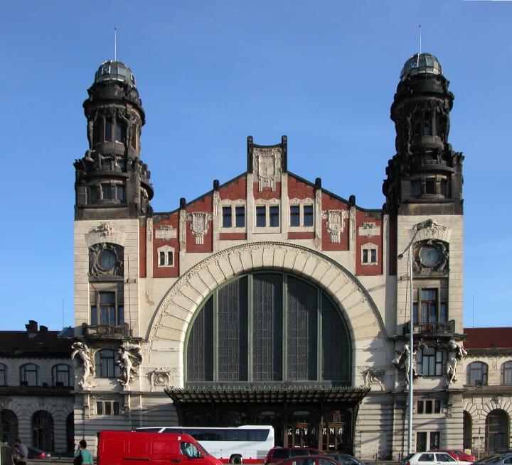 Prag_Prague_Hauptbahnhof_Eingang_(2005)